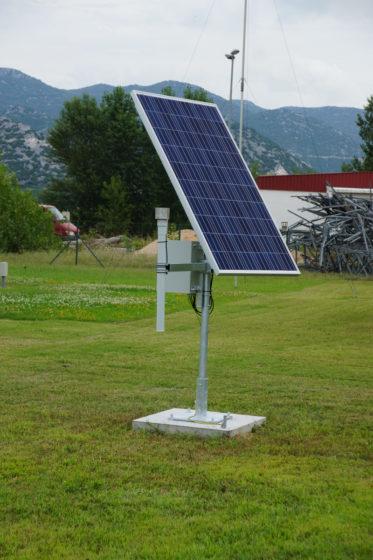 Environmental radiometric monitoring station with solar panel