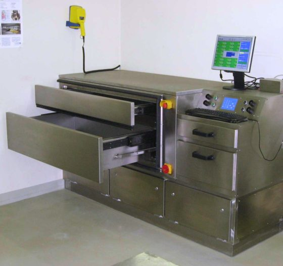 A laundry contamination monitor for radiations with a drawer load system
